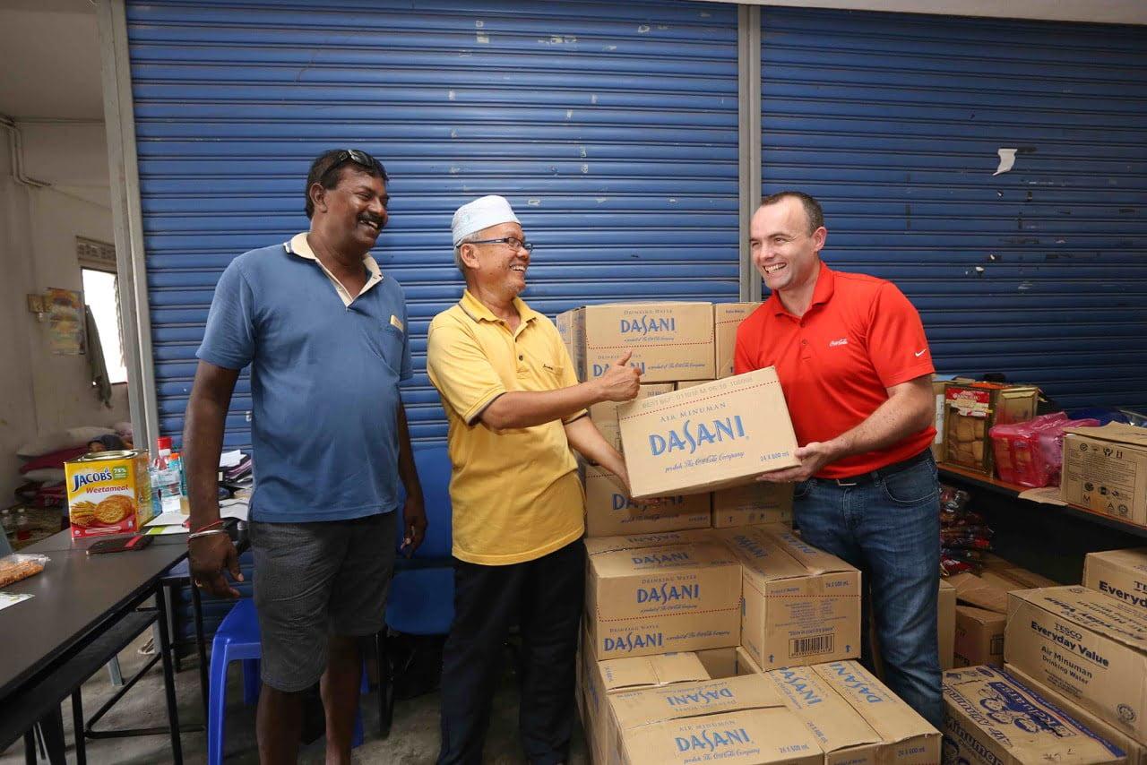 Coca-Cola Bekalkan Air Minuman di Pusat Pemindahan Banjir